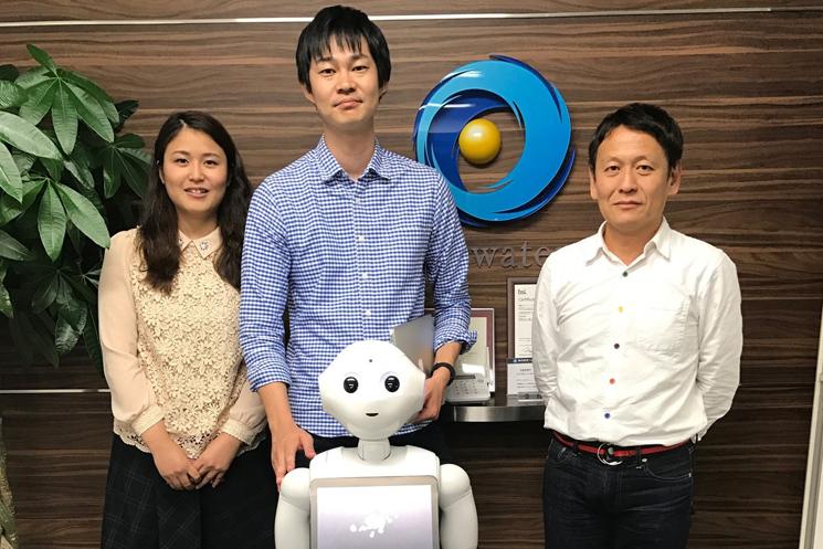 株式会社ヘッドウォータースの「人とロボット事業部」というユニークなチームでインタラクションデザイン部部長を務める松山玄樹氏(写真中央と、株式会社よしもとロボット研究所の代表取締役・梁弘一氏(写真右)